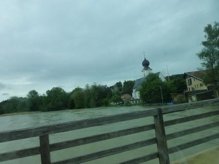 Hier ist der Fluss über die Ufer getreten. Dem Restaurant wird gerade der Keller ausgepumpt. Zum Glück ist die Brücke passierbar.