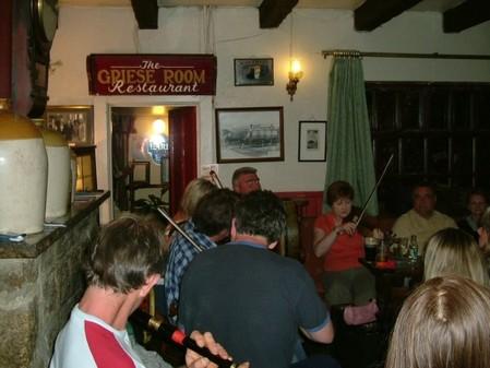 Das High Cross Inn veranstaltet 1 x die Woche einen Abend mit Musik.
